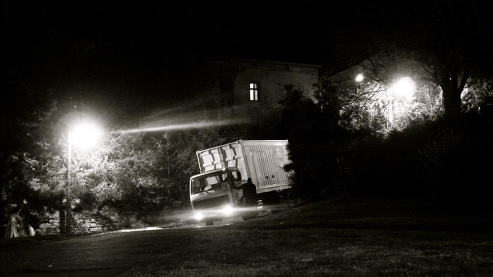 Im Atelier: In der Nacht liefert ein LKW Malutensilien.. - Einar Turkowski