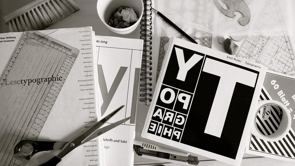Im Atelier: Auf dem Schreibtisch liegen Zeichenuntensilien - Einar Turkowski